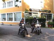 www.hotel-park-cafe.de  Harley Fahrer bei der abfahrt